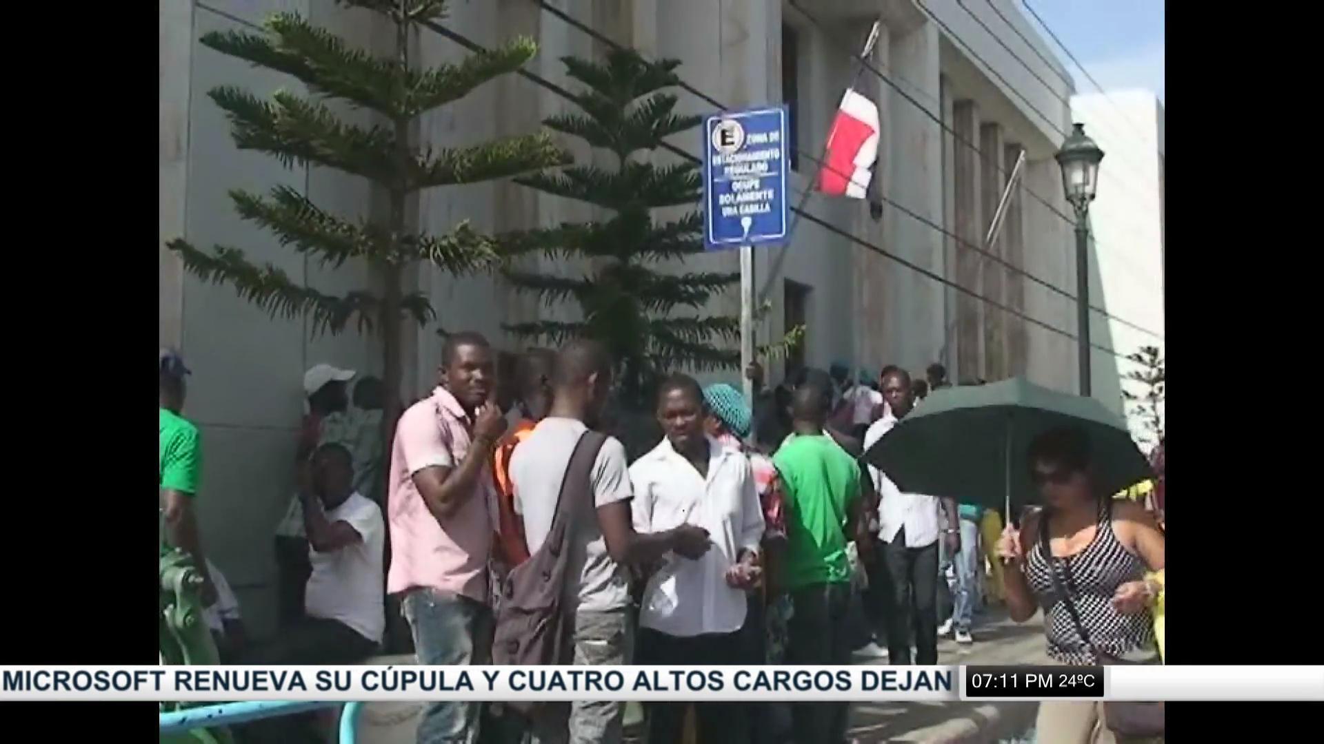Siguen largas filas de haitianos en busca de su carnet en Santiago