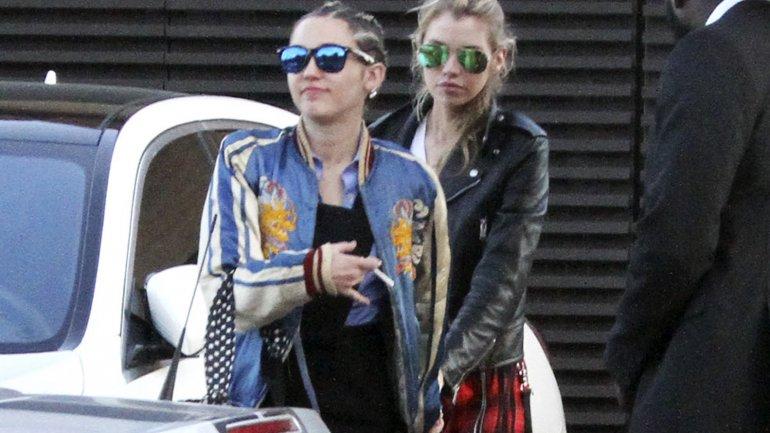 Fotografían a Miley Cyrus muy romántica con su pareja Stella Maxwell