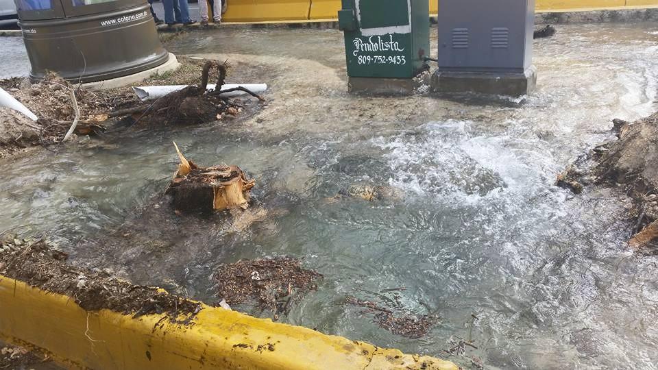 Se desborda agua en Isleta de la Núñez de Cáceres por tubería rota