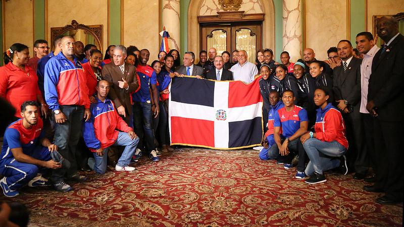Atletas representarán RD en Toronto reciben bandera