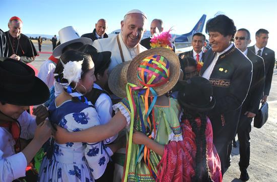 Evo Morales y papa Francisco intercambian obsequios en el Palacio de Gobierno