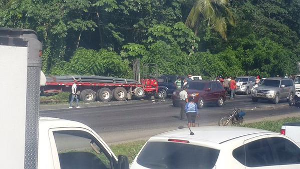 Camión cargado de varillas pierde el control en Autopista Duarte; hiere a varios