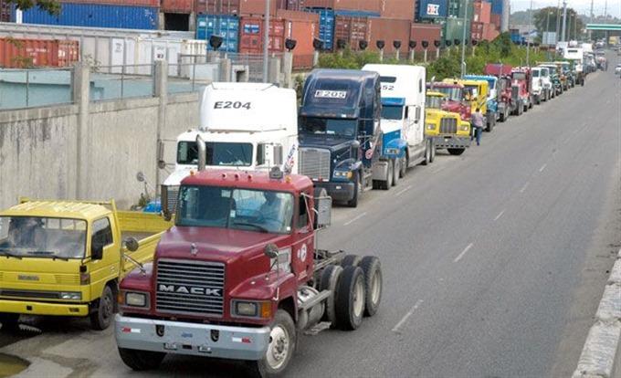 Inician paralización de tres días camioneros del muelle de Haina