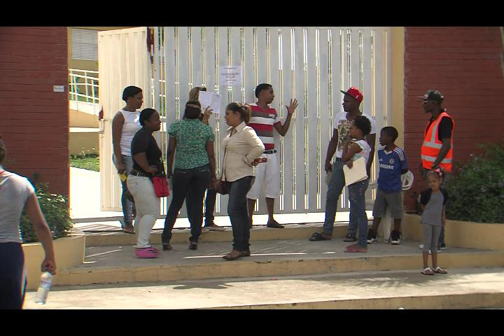 Padres se quejan de escuela no admite niños por mala conducta