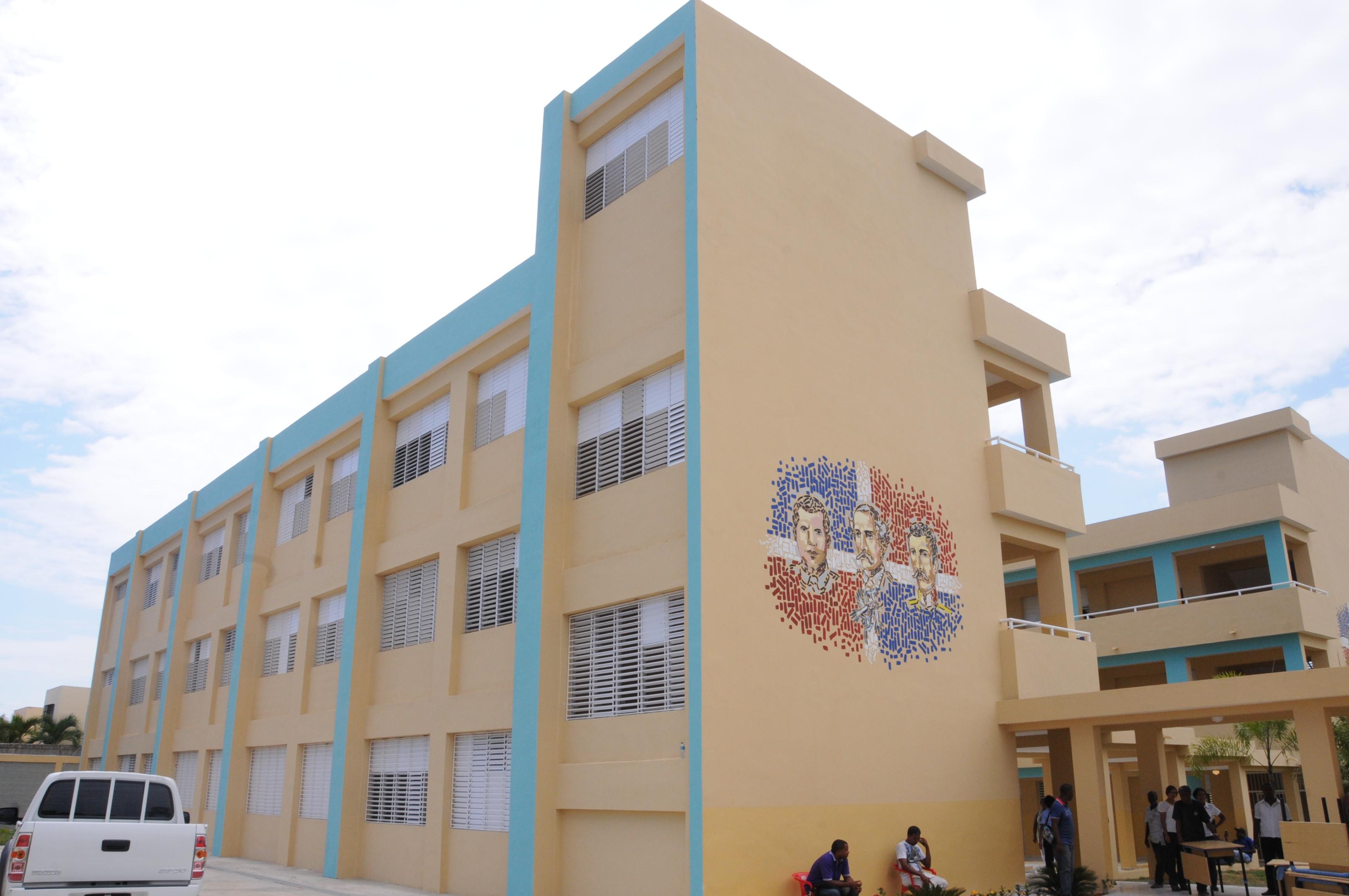 Medina entrega dos escuelas en SDE y Pedro Brand