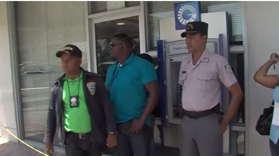 Con RD$1.8 MM y US$2,276 cargaron asaltantes de sucursal Banco Popular