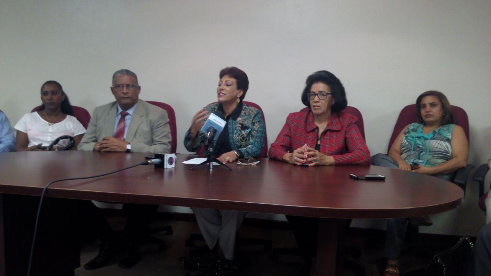 Piden a Danilo Medina dejar sin efectoley elimina pasantía para ejercer medicina
