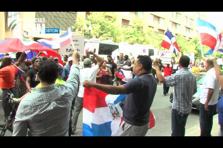 ¡Posiciones encontradas! Protestan en Boston por política migratoria RD