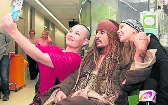 Johnny Depp lleva a Jack Sparrow a un hospital infantil