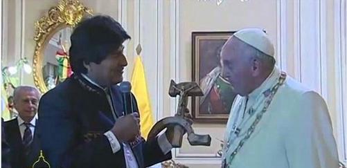 Video: Así reaccionó el Papa cuando Evo Morales le regaló un Cristo sobre hoz y martillo