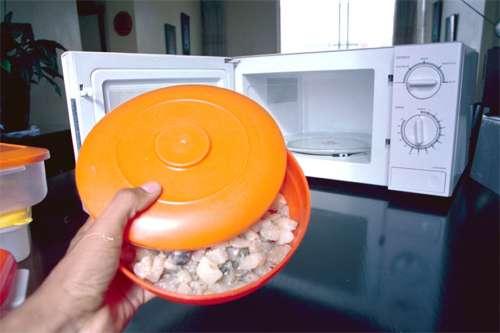 Calentar alimentos en recipientes de plástico favorece el desarrollo de enfermedades