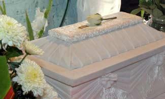 Un bebé despierta en el ataúd durante su funeral