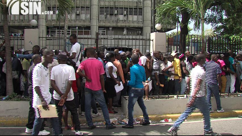 Más de 100 mil carnés de regularización están listos para entregar a extranjeros, dice MIP