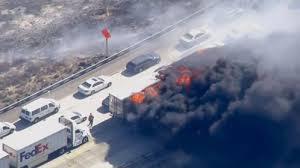 Incendio alcanza autopista en EE.UU. y quema una docena de vehículos