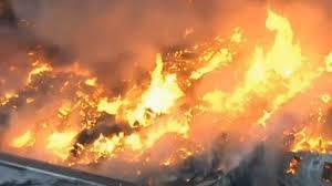 Continúa incendio causando estragos en un almacén en Nueva Jersey