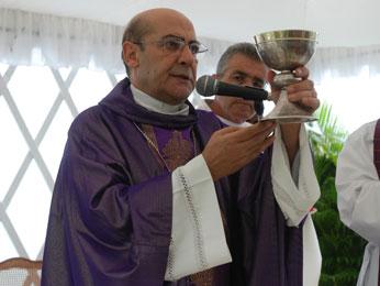 Cientos acuden a misa ofrecida en honor a padres fallecidos