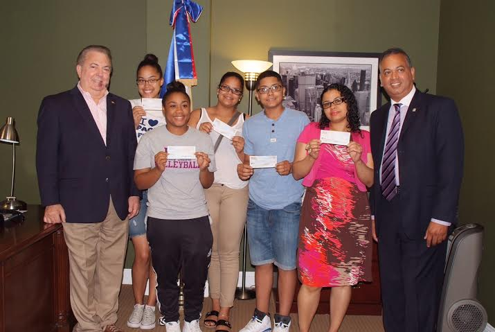Entregan becas a estudiantes dominicanos con índices académicos excelentes