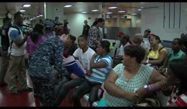 El buque hospital militar USNS Comfort realiza operativo médico gratuito
