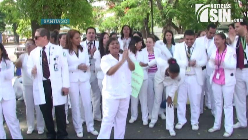 Paralizan labores de enfermería en Santiago en demanda del nombramiento de más personal