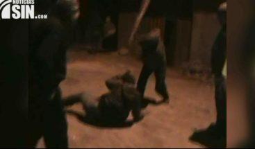 ¡A palos! Castigan ladrón fue hallado en el techo de una vivienda