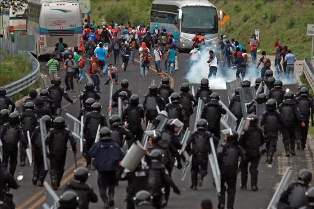 Nueve heridos en choque entre policías y estudiantes en el sur de México