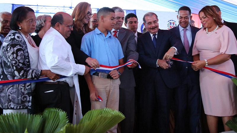 Presidente Medina inaugura dos escuelas y un liceo en Santiago