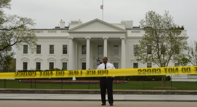 Hombre salta la valla de la Casa Blanca después de perpetrar un robo