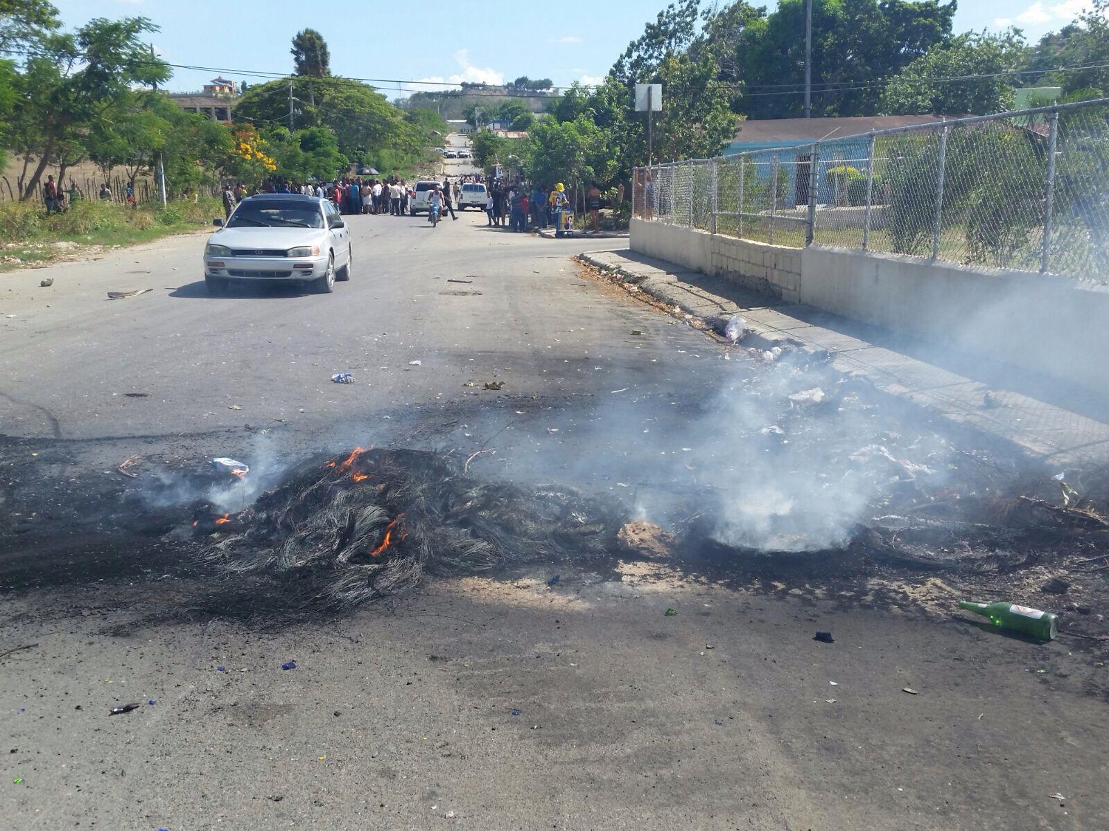 Protestan contra apagones en Villa Liberación de Santiago