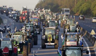 Tractores bloquean París en protesta por los bajos precios de los productos