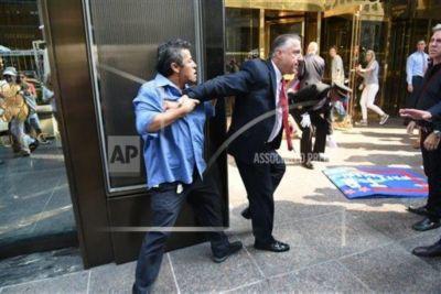 Latinos protestan frente a torre Trump en contra de