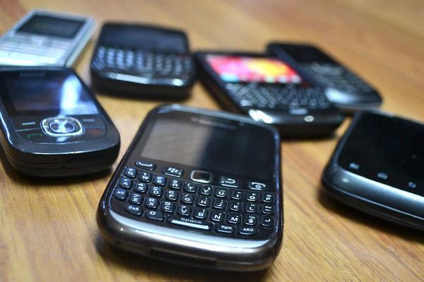 Autoridades allanan tienda de celulares y decomisan 182 aparatos