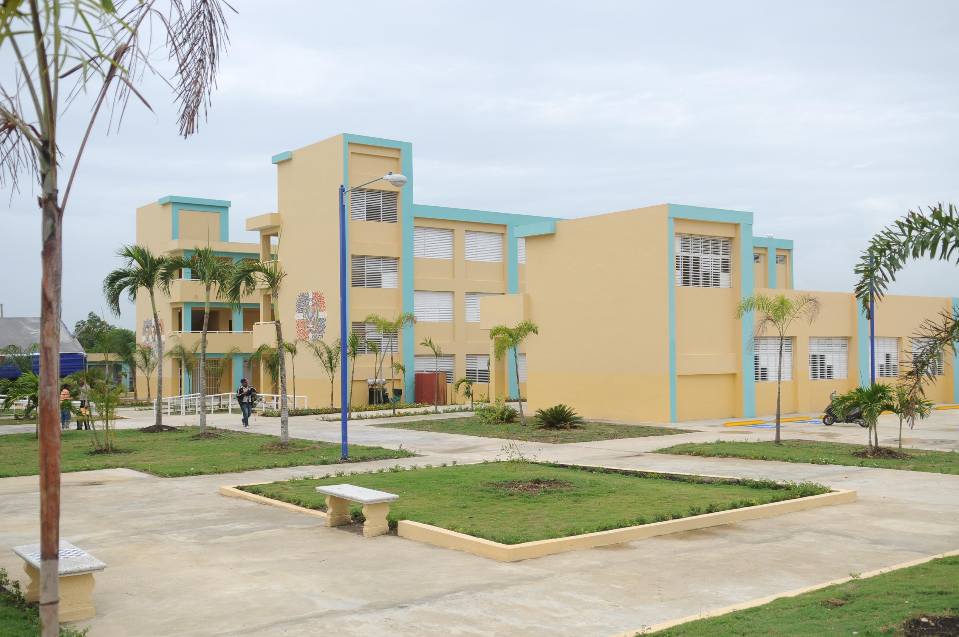Presidente Medina entrega escuela en La Caleta, Boca Chica