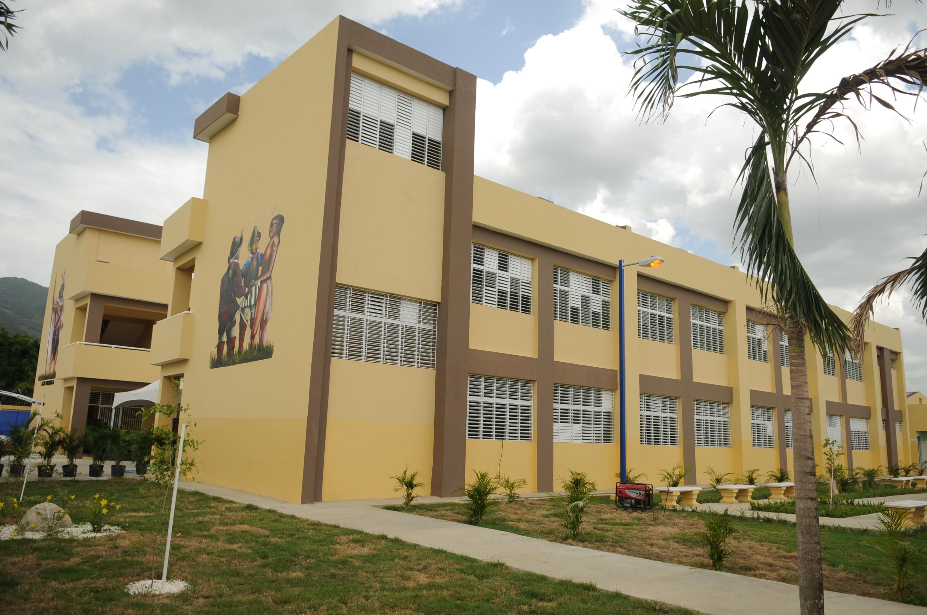 Medina inaugura tres escuelas y una estancia infantil en Valverde