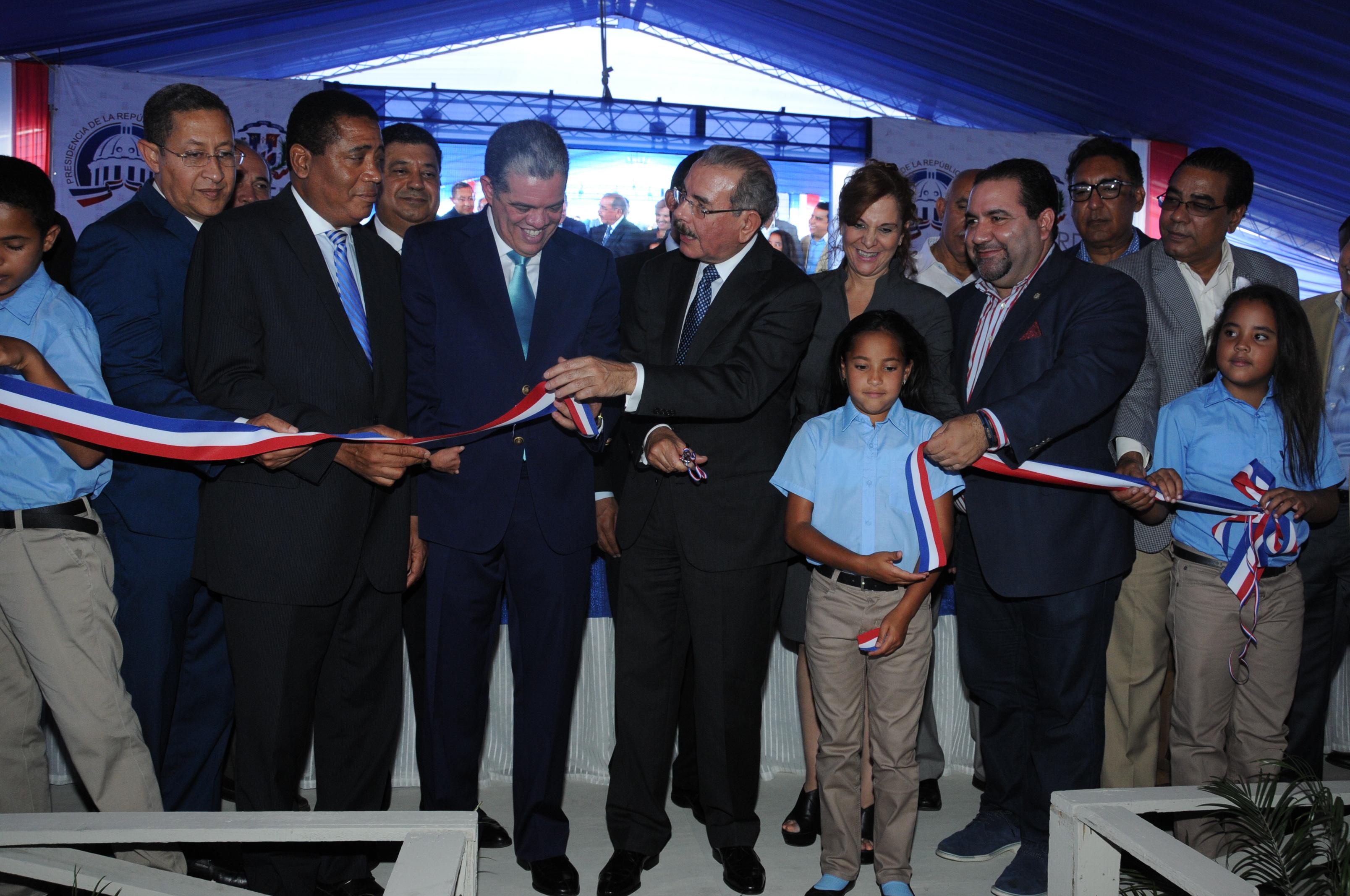 Presidente Medina entregados nuevos liceos y una escuela en Constanza