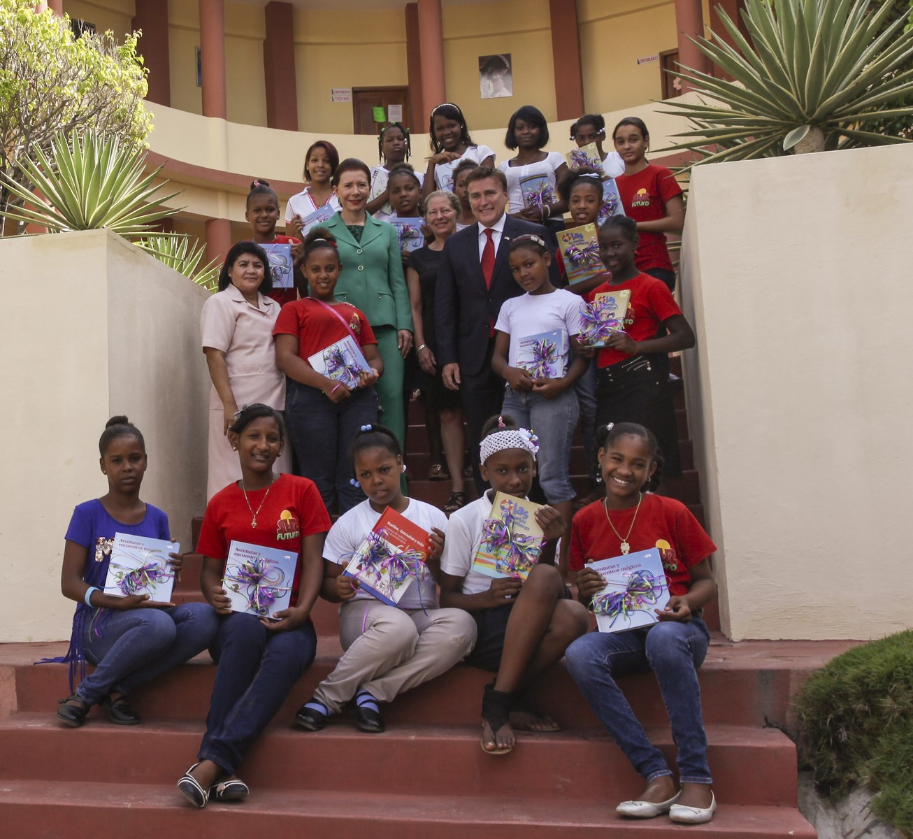 Embajador de los EE.UU. dona libros de cuentos a niñas en Haina