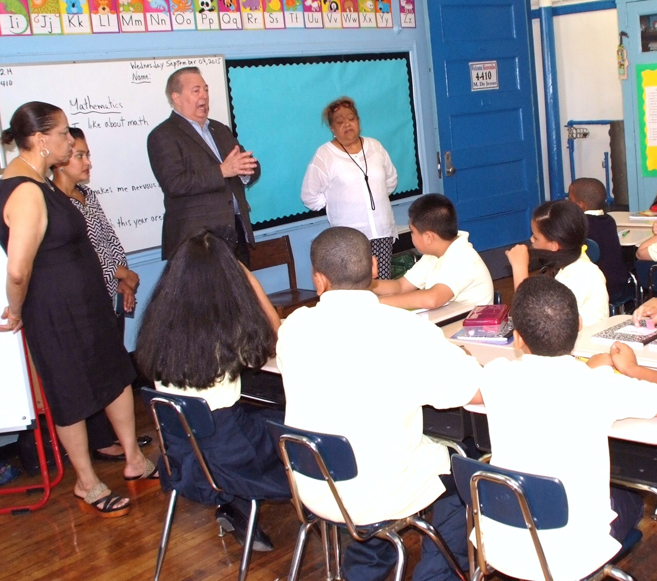 Cónsul dominicano en NY visita escuela Juan Pablo Duarte