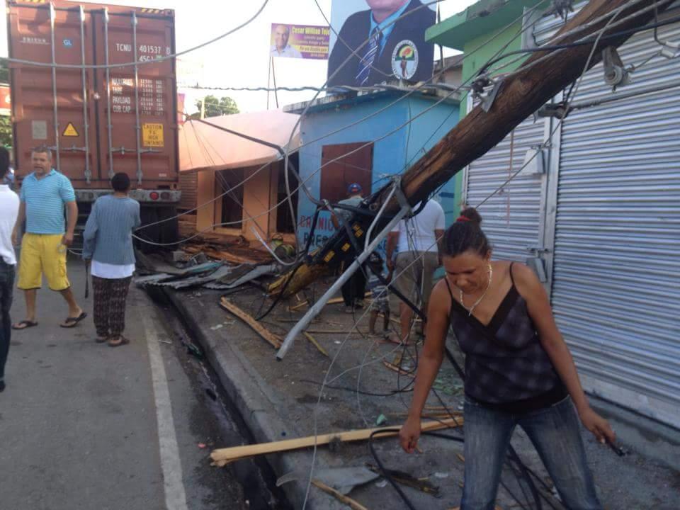 Camión choca banca de lotería en San José de Ocoa