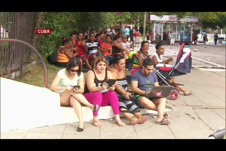 Parques se convierten en salas de chat en Cuba