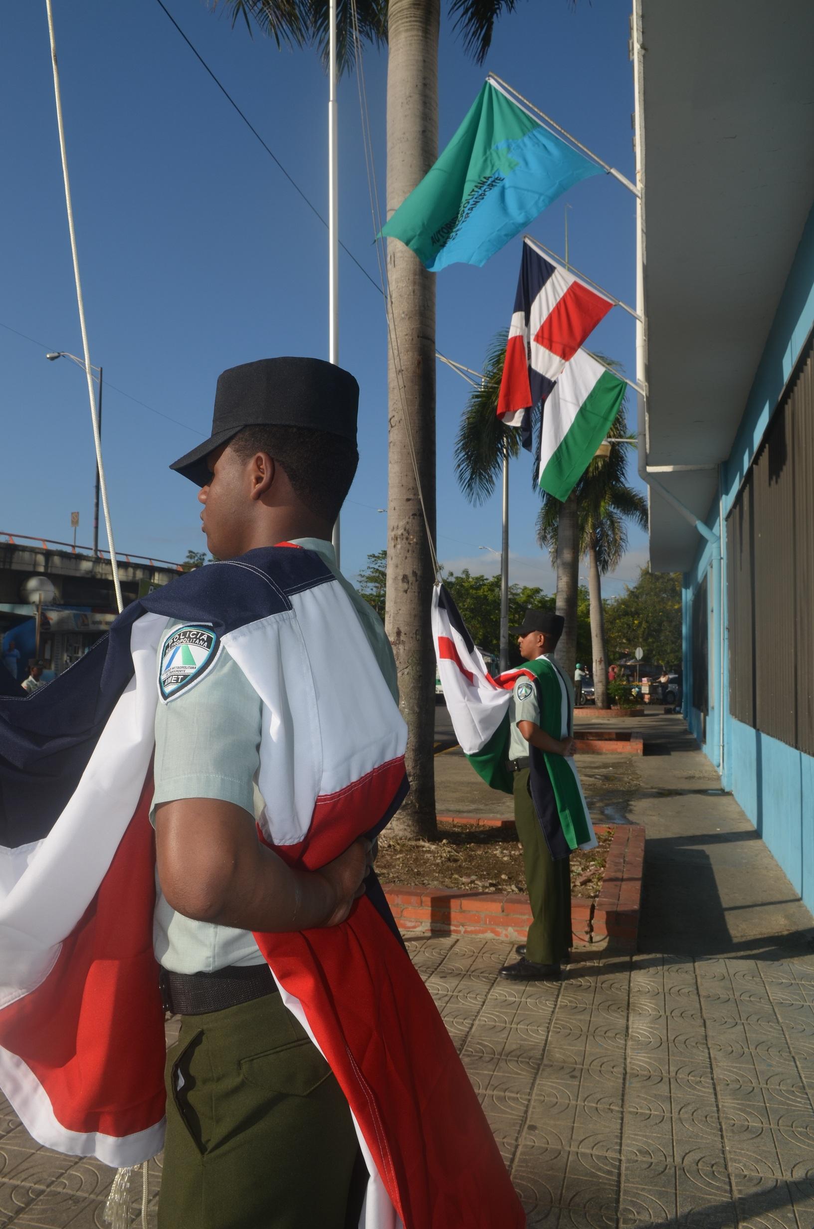 AMET inicia celebración de su 18 aniversario con izamiento de banderas