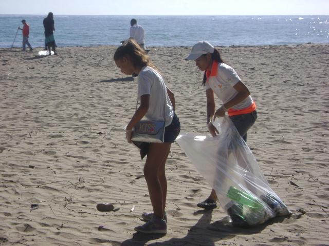 Realizan operativo de limpieza en playas