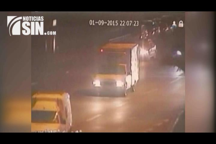 Captan en cámara banda de menores que robaron vehículo