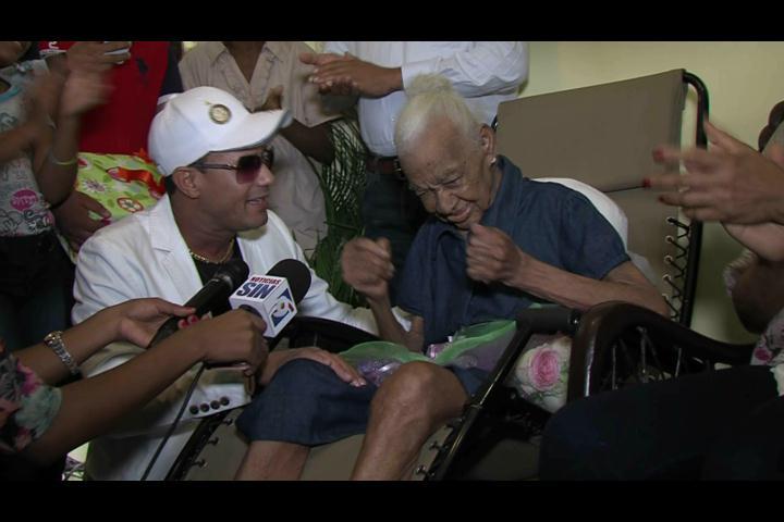 ¡Cumple su sueño! A sus 103 años anciana canta y baila con Raulín Rodríguez