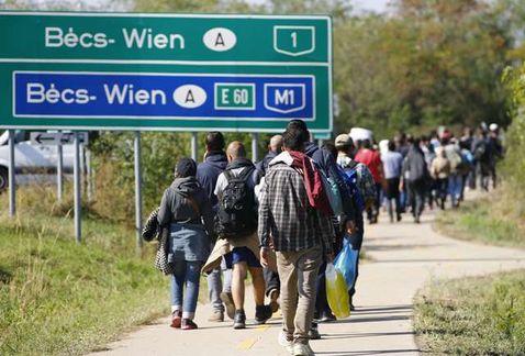 Austria espera 10 mil refugiados entren hoy por su frontera con Hungría