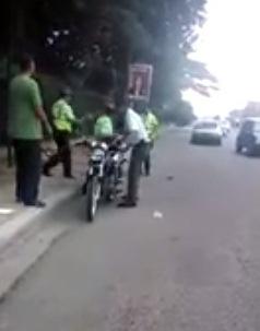 Policía con pistola en mano agrede agentes de la Amet