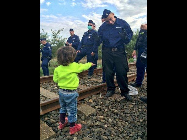 Conmovedor gesto de niño refugiado a la Policía