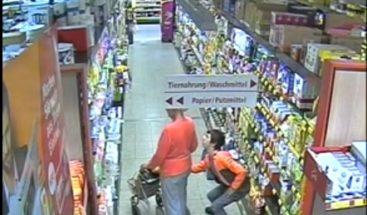 VIDEO: Joven roba a una anciana sin que se dé cuenta en un supermercado