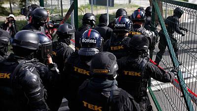 La Policía húngara usa gas pimienta para impedir la entrada de refugiados