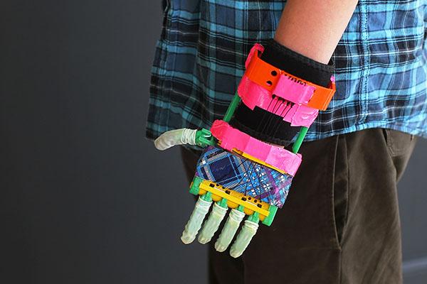 ¡Increíble! Hombre fabrica prótesis para mano de su hijo