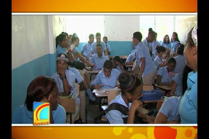 Más de 350 estudiantes no han iniciado el año escolar por sobrepoblación