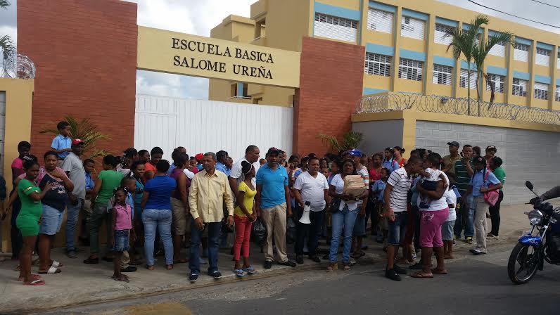 Padres y estudiantes del Capotillo protestan frente a escuela para que sea abierta